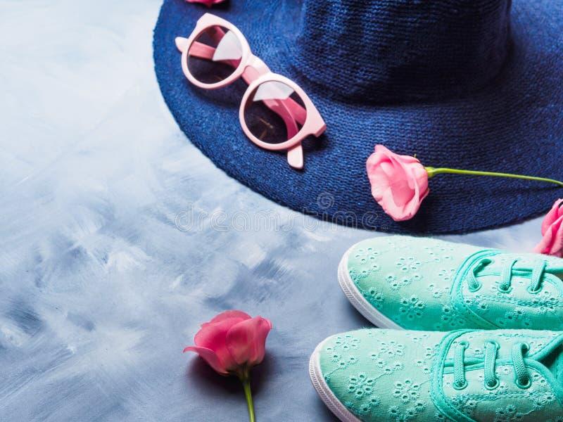 Chapeau, verres de soleil et chaussures image stock