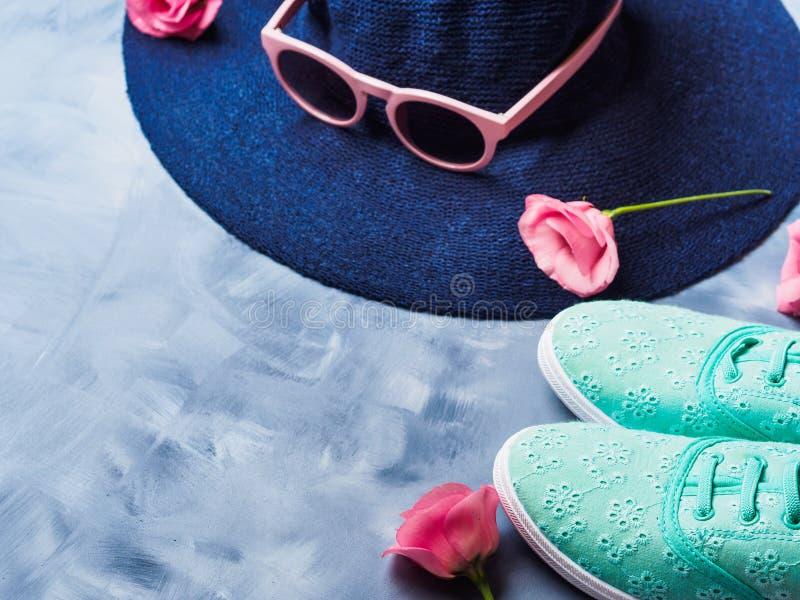 Chapeau, verres de soleil et chaussures images stock