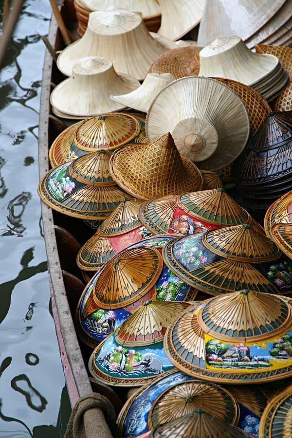 Chapeaux colorés sur le bateau de rivière photographie stock libre de droits