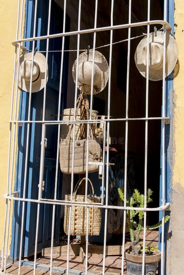 Chapeaux cubains sur l'affichage dans la rue du Trinidad image stock