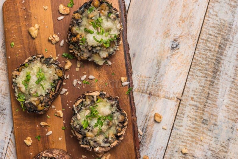 Chapeaux de champignon bourrés des légumes et du fromage photographie stock libre de droits