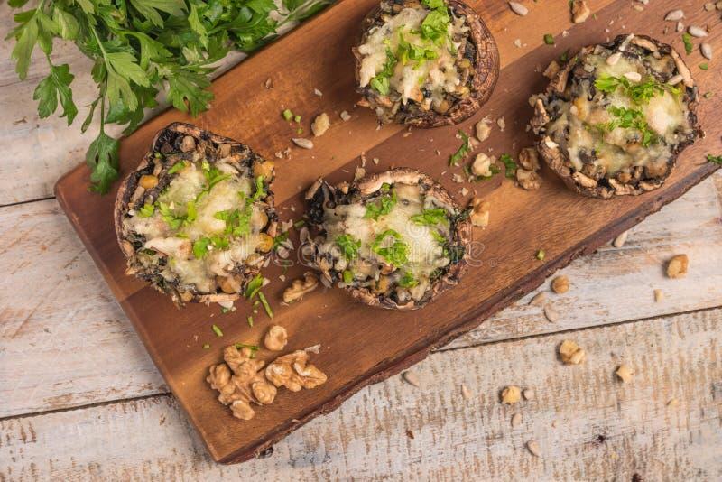 Chapeaux de champignon bourrés des légumes et du fromage photos stock