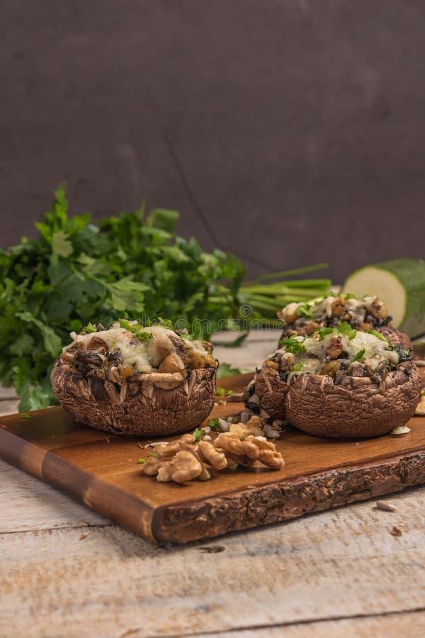 Chapeaux de champignon bourrés des légumes et du fromage photo libre de droits