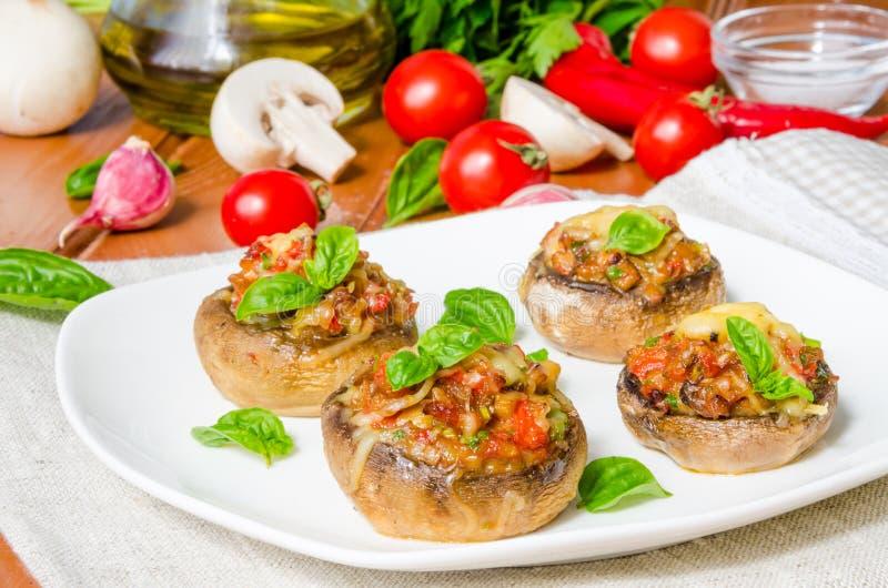 Chapeaux de champignon bourrés des légumes et du fromage images libres de droits