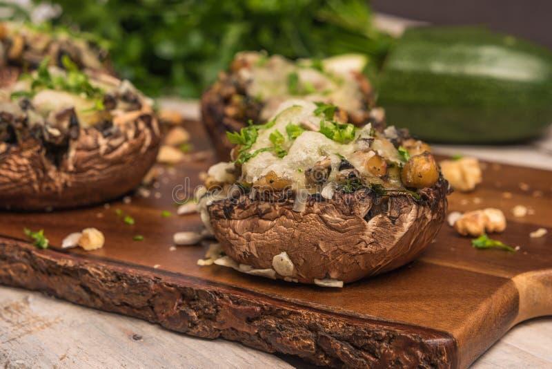Chapeaux de champignon bourrés des légumes et du fromage image libre de droits