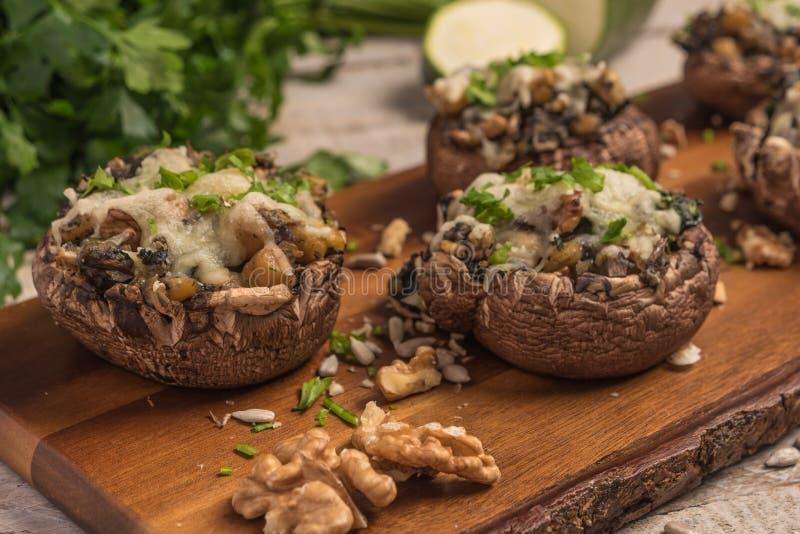 Chapeaux de champignon bourrés des légumes et du fromage photographie stock