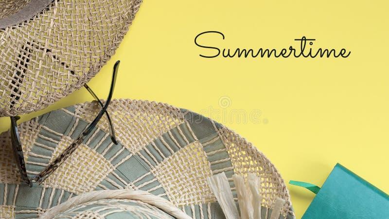 Chapeaux de paille, carnet, lunettes de soleil et texte d'été photo stock