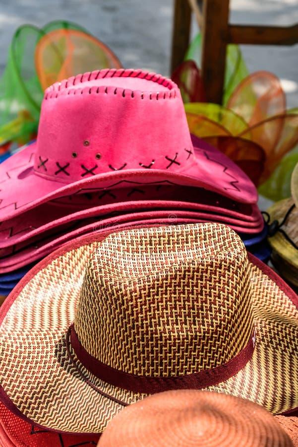 Chapeaux de paille colorés photo stock