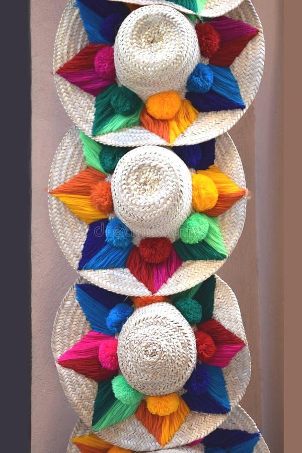 Chapeaux de paille espagnols colorés sur le marché photos libres de droits