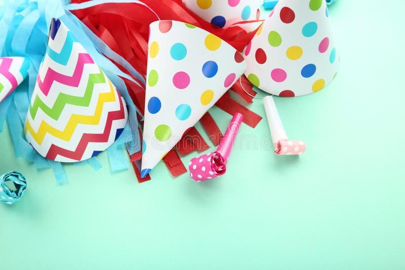 Chapeaux de papier d'anniversaire avec des ventilateurs image libre de droits