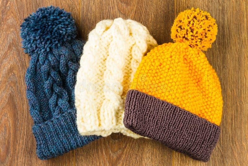Chapeaux de tricotage de jaune, blancs et gris photos stock