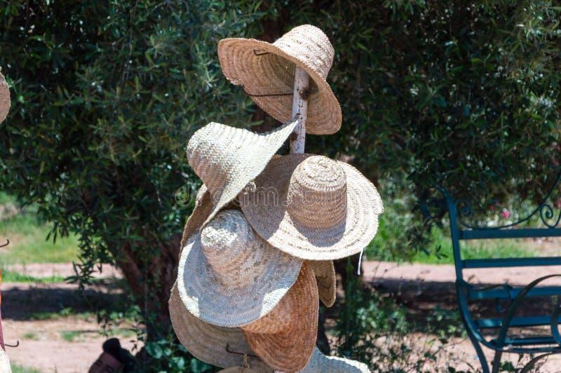 Chapeaux du soleil d'été avec le grand bord photographie stock
