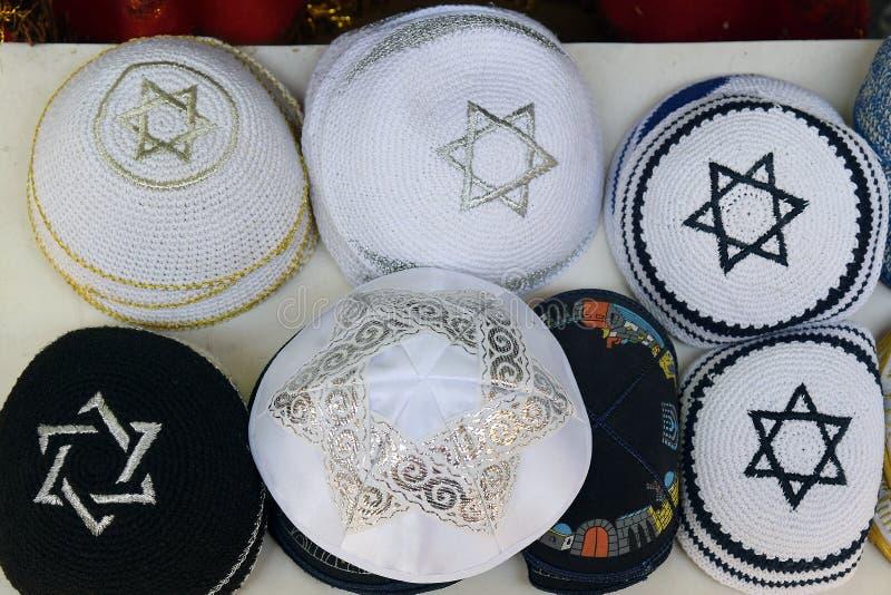 Chapeaux religieux juifs tricotés de fête (kippa) photos stock