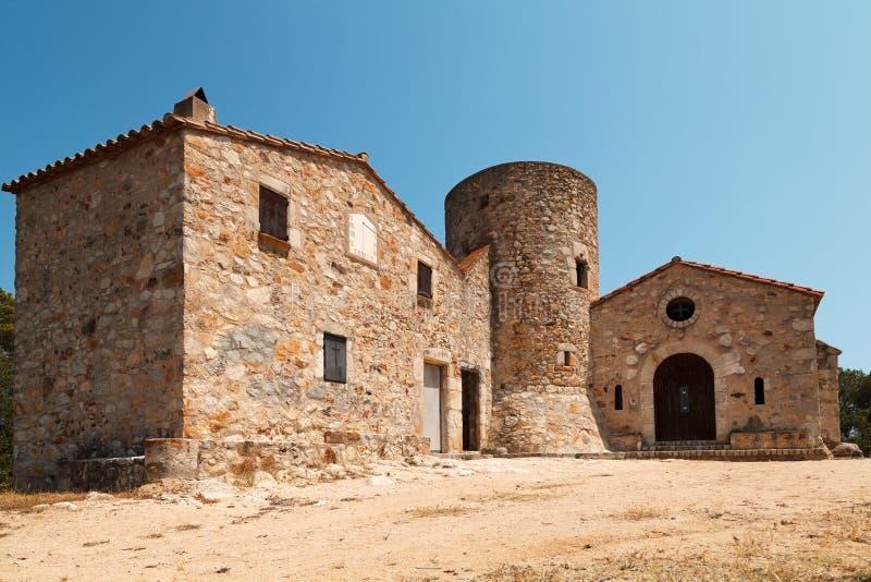 Chapel och torn i Santa Barbara Costa Brava, Katalonien, Spanien arkivbild