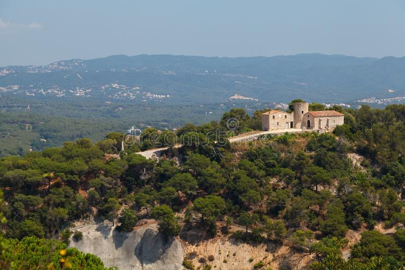 Chapel och torn i Santa Barbara Costa Brava, Katalonien, Spanien royaltyfria foton