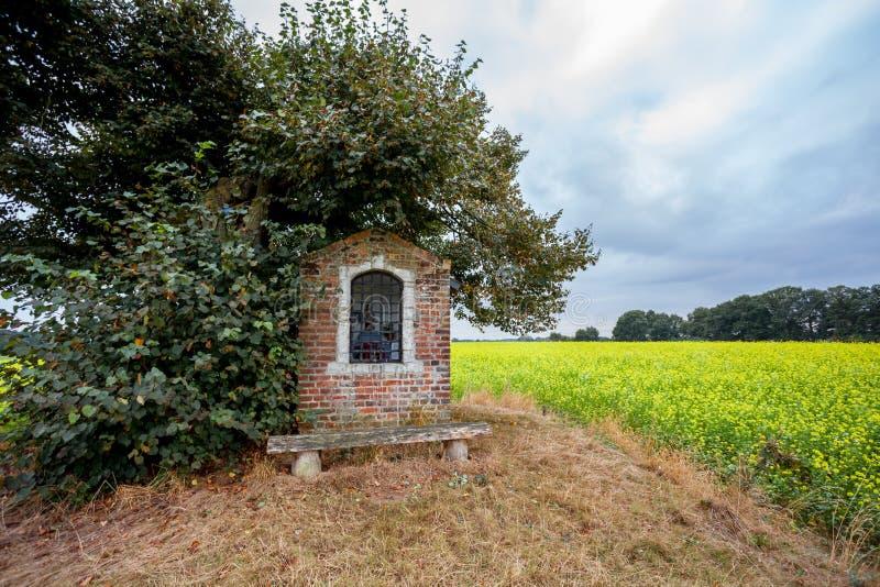 Chapelle à côté d'un arbre photo libre de droits