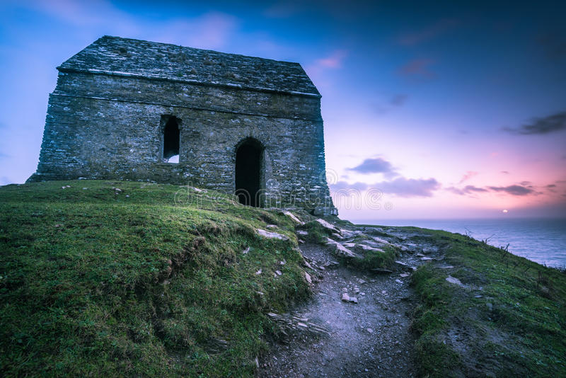 Chapelle antique isolée sur la côte cornouaillaise, R-U photos libres de droits