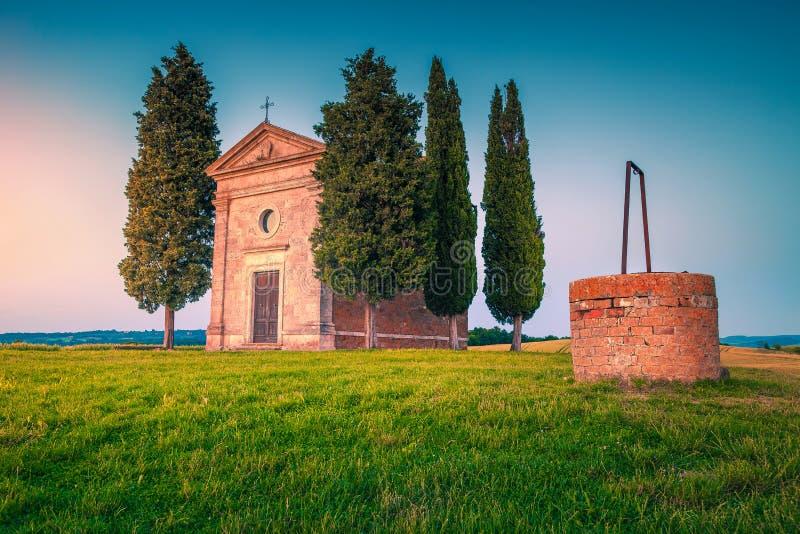 Chapelle confortable de Vitaleta avec le puits d'eau au coucher du soleil, Toscane, Italie photos stock