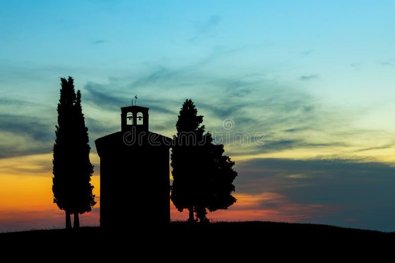 Chapelle contre éclairée en Toscane photos libres de droits