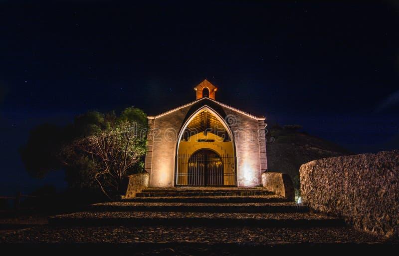 Chapelle dans la colline à la nuit photographie stock libre de droits