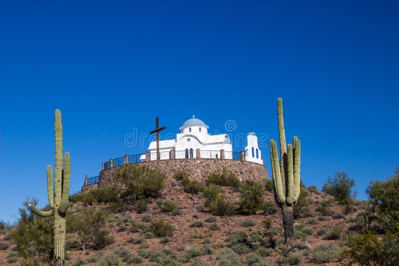 Chapelle de monastère avec la croix encadrée par le cactus de deux Saguaro dans le désert photo stock