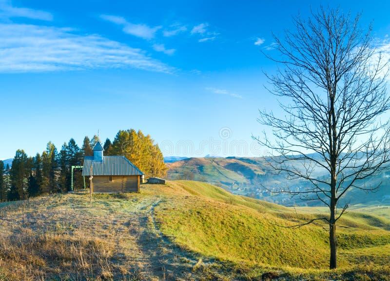 Chapelle en bois sur le dessus de montagne d'automne photo libre de droits
