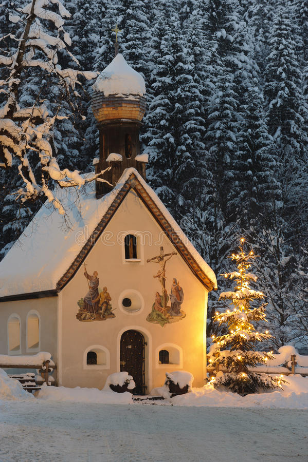 Chapelle et arbre de Noël images stock