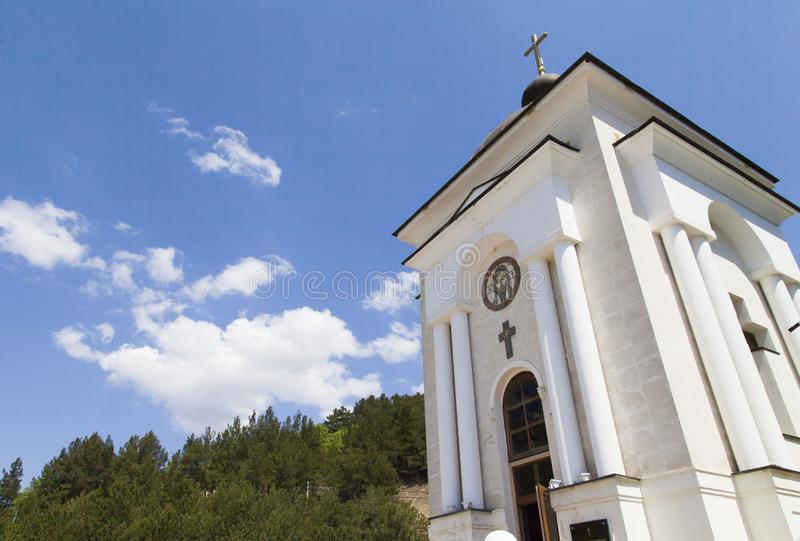 Chapelle orthodoxe en montagnes photographie stock