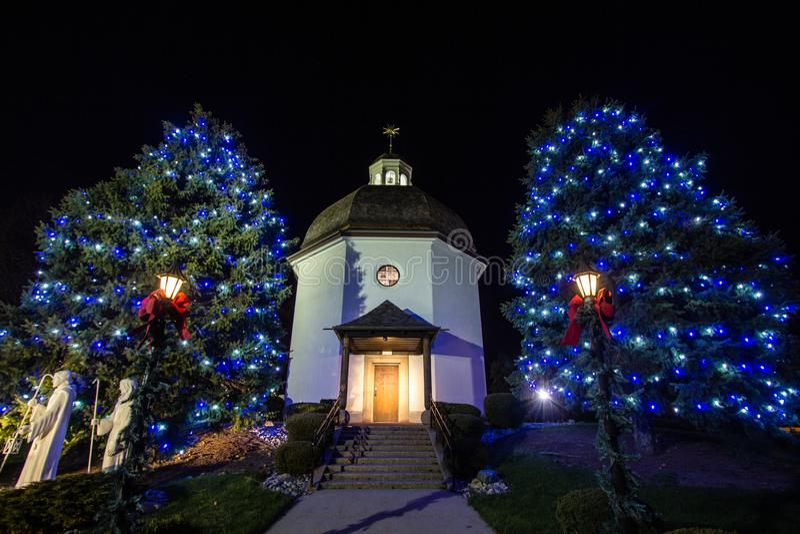 Chapelle silencieuse de nuit au temps de Noël photographie stock