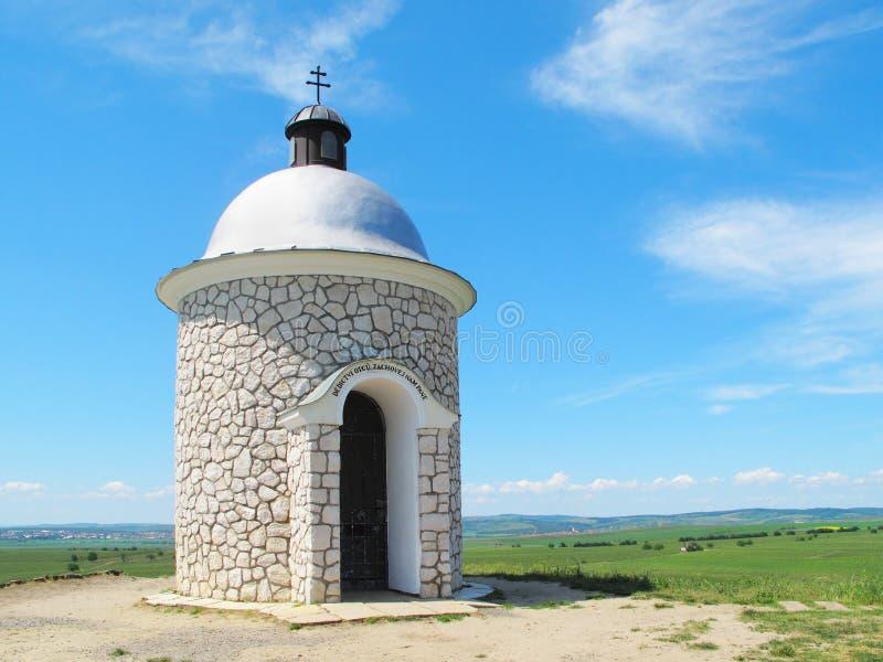 Chapelle sur la colline au-dessus des vignobles image libre de droits