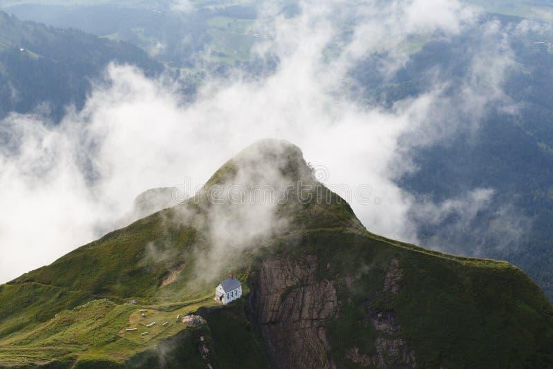 Chapelle sur le dessus de montagne photographie stock libre de droits