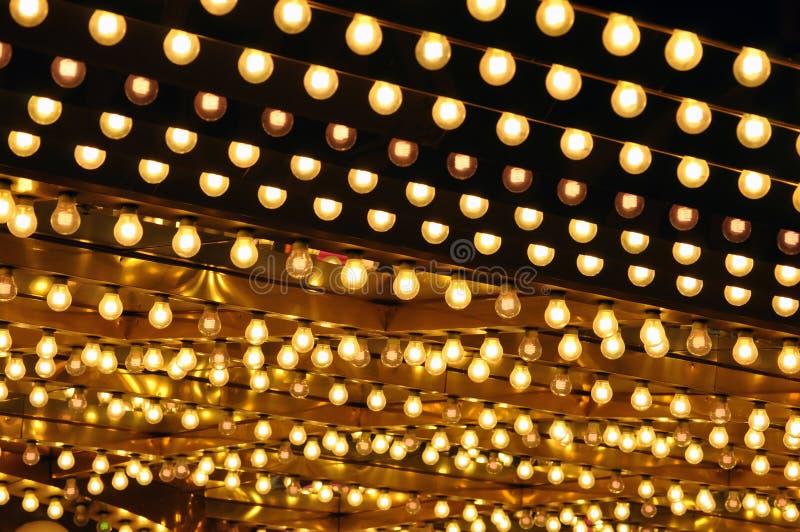Chapiteau d'or d'ampoules photographie stock