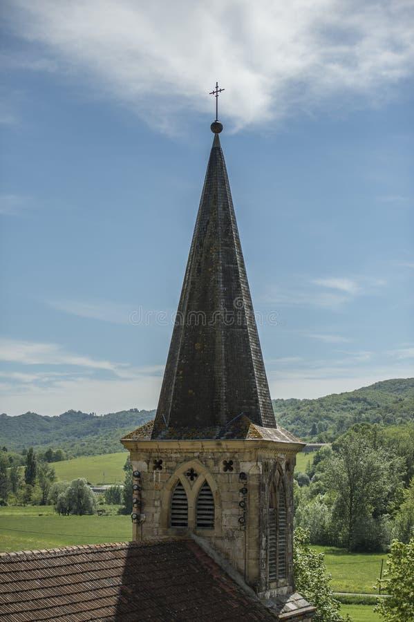 Chapitel de la iglesia, con los campos verdes en fondo fotos de archivo libres de regalías