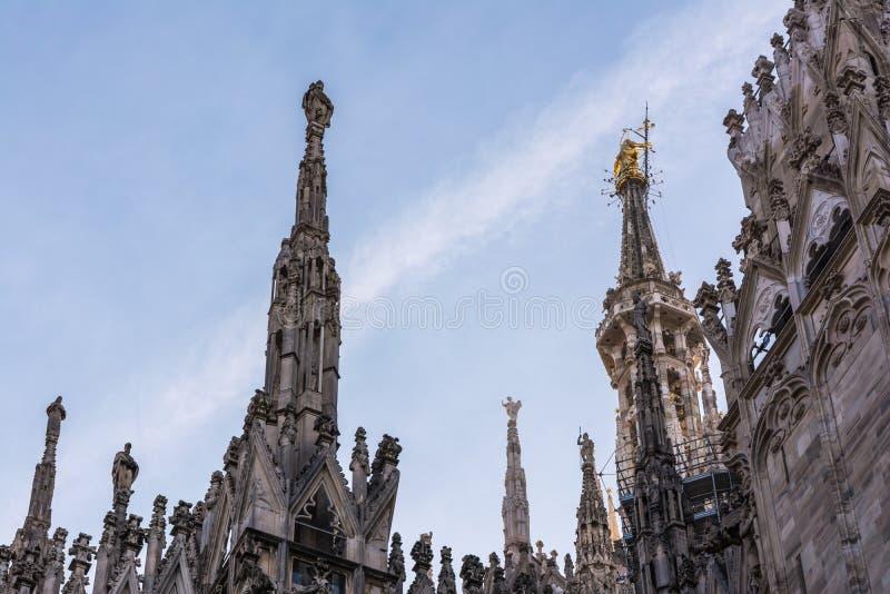 Chapiteles del detalle de la catedral del Duomo en Milán, Italia Architec gótico imágenes de archivo libres de regalías