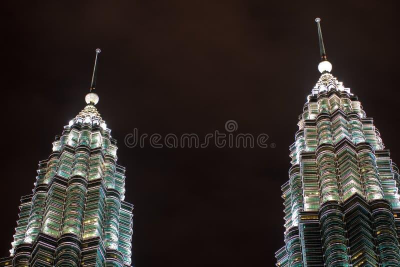 Chapiteles gemelos de las torres de Petronas en la noche Malasia fotos de archivo libres de regalías