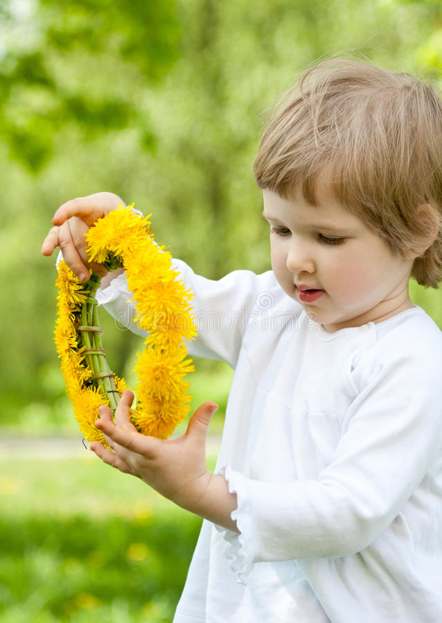 Chaplet adorável da flor da terra arrendada da menina foto de stock