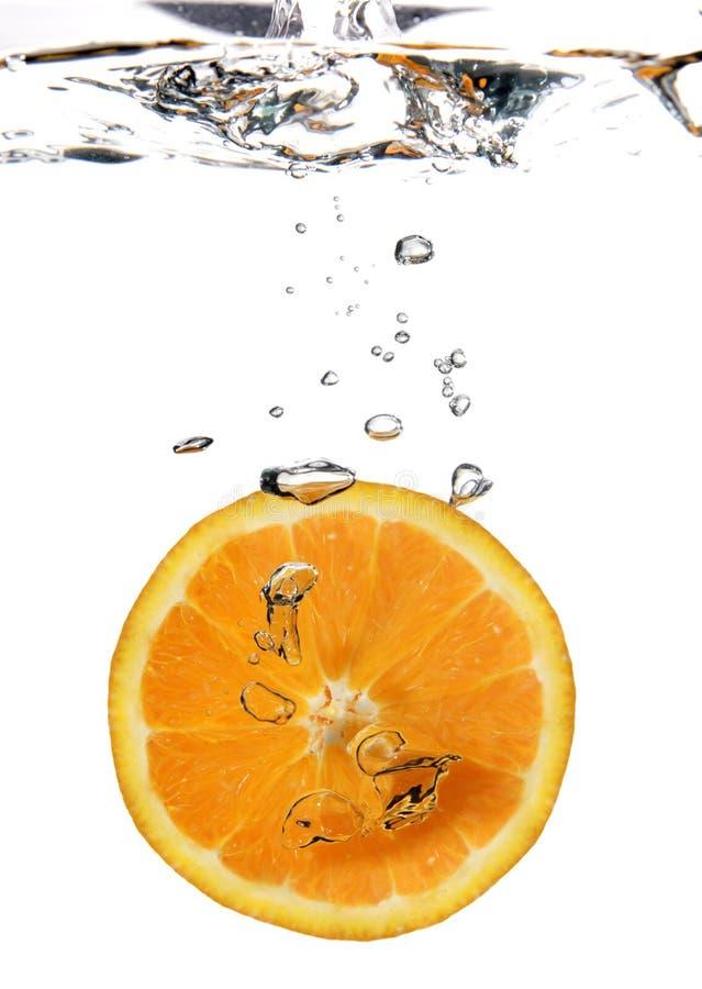 Chapoteo anaranjado en agua foto de archivo libre de regalías