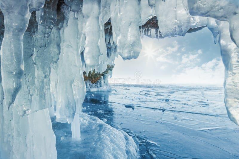 Chapoteo congelado helado en una pared del hielo imagenes de archivo