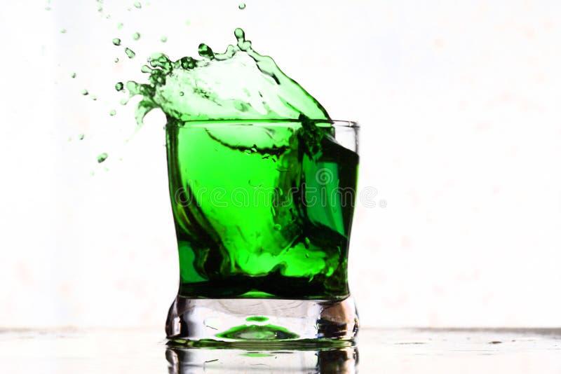 Chapoteo de la bebida de Coctail foto de archivo