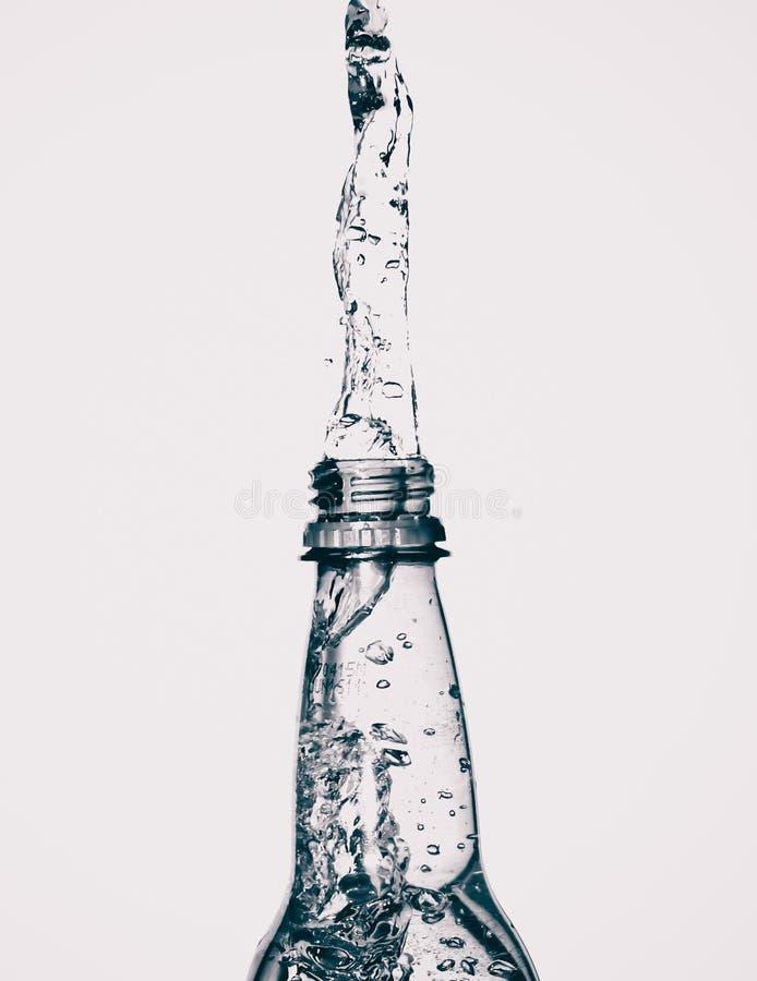 Chapoteo de la botella de agua fotografía de archivo