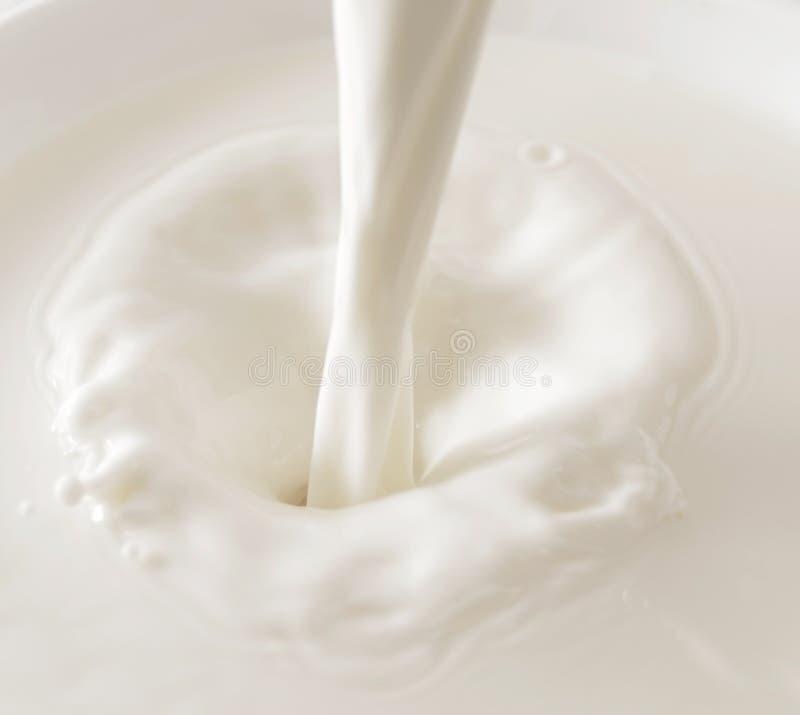 Chapoteo de la leche imagen de archivo