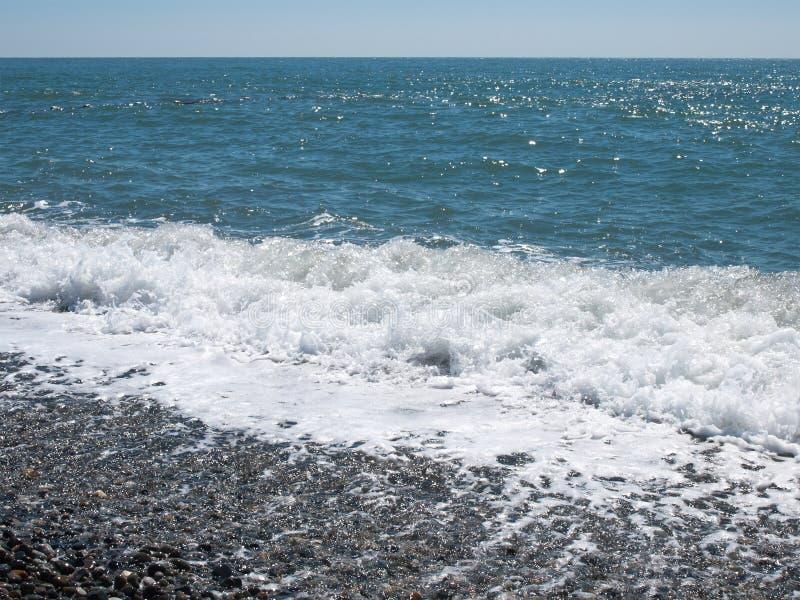 Chapoteo de la onda en Pebble Beach fotografía de archivo