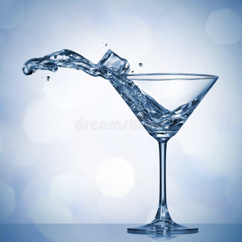 Chapoteo de Martini en vidrio imagen de archivo