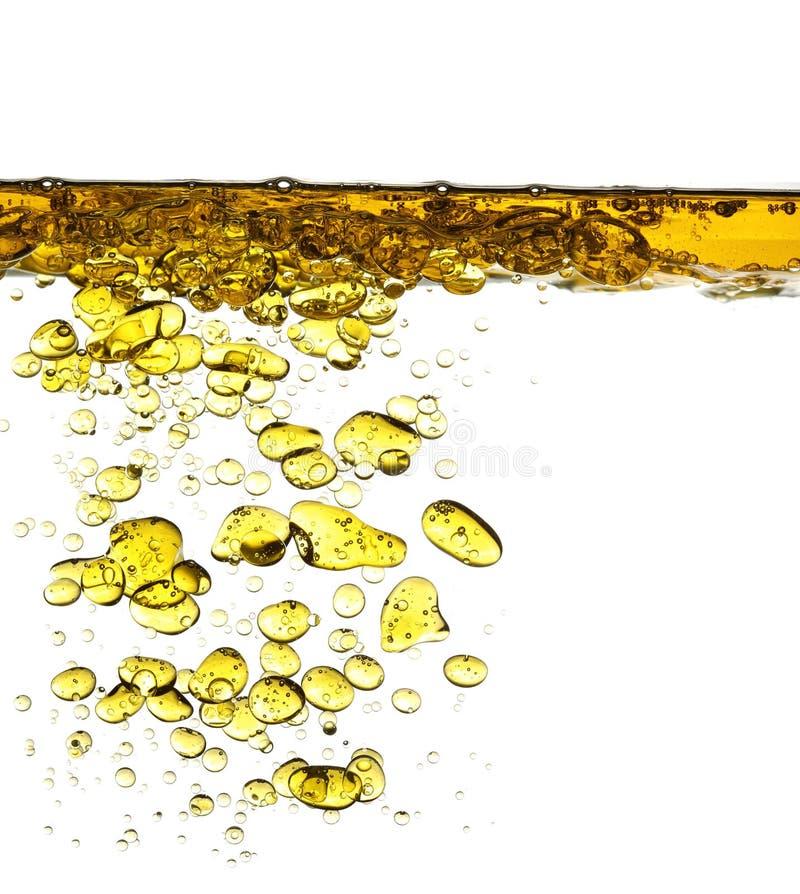 Chapoteo del aceite en el agua aislada foto de archivo