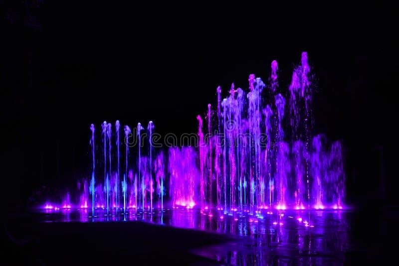 Chapoteo del agua - color de neón foto de archivo