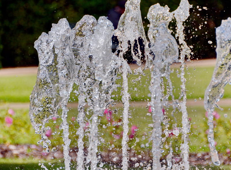 Chapoteo del agua en la fuente fotografía de archivo libre de regalías