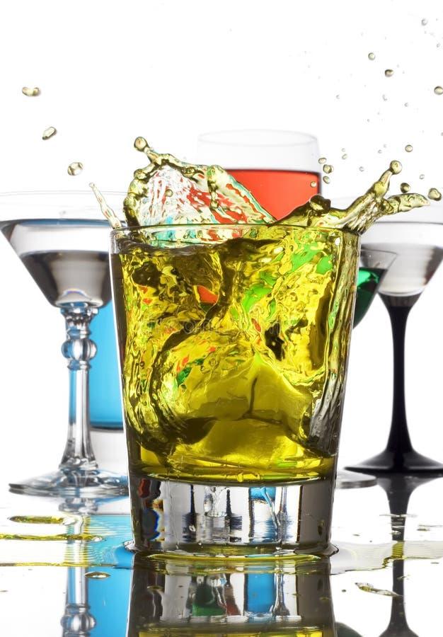 Chapoteo del amarillo de las bebidas mezcladas imagen de archivo libre de regalías