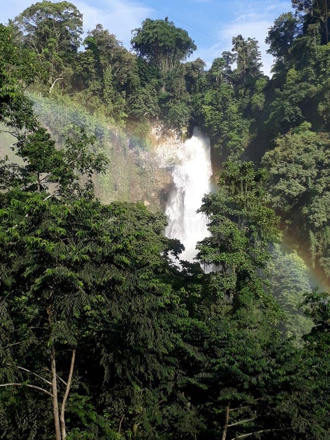 Chapoteo del arco iris imagen de archivo