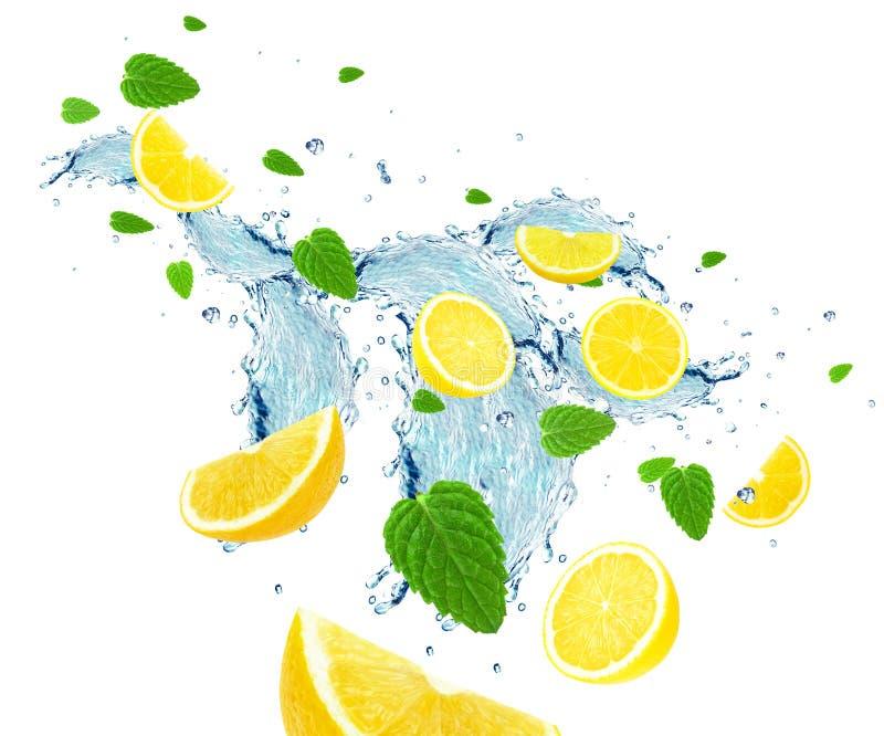 Chapoteo del limón y del agua foto de archivo