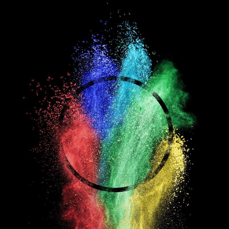 Chapoteo del polvo colorido en marco del círculo sobre fondo negro imágenes de archivo libres de regalías